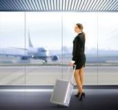 Hojas de ruta (traveler) con equipaje Imágenes de archivo libres de regalías