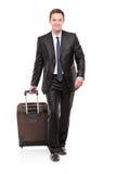 Hojas de ruta (traveler) de asunto que llevan una maleta fotos de archivo