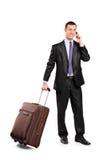 Hojas de ruta (traveler) de asunto que llevan una maleta Imagen de archivo libre de regalías