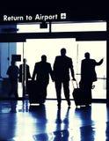 Hojas de ruta (traveler) de asunto que salen la terminal de aeropuerto. imagen de archivo