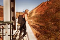 Hojas de ruta (traveler) de la mujer con una mochila Fotos de archivo