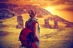 Hojas de ruta (traveler) de la mujer con una mochila Isla de pascua Threesome fotografía de archivo