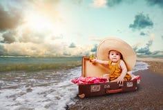 Hojas de ruta (traveler) divertidas de la niña Foto de archivo libre de regalías