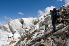 Hojas de ruta (traveler) extremas en la montaña del Cáucaso Foto de archivo libre de regalías