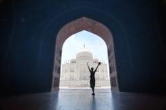 Hojas de ruta (traveler) felices en Taj Mahal fotos de archivo