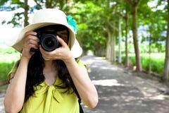 Hojas de ruta (traveler) jovenes que toman la foto Imagen de archivo