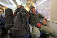 Hojas de ruta (traveler) masculinas jovenes en el tren Imagen de archivo