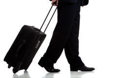 Hojas de ruta (traveler) o piloto de asunto con la maleta Imagenes de archivo