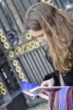 Hojas de ruta (traveler) que buscan direcciones Fotos de archivo libres de regalías