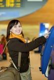 Hojas de ruta (traveler) que hacen uno mismo-enregistramiento en el aeropuerto Imágenes de archivo libres de regalías