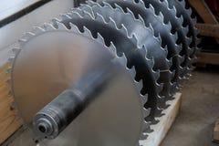 Hojas de sierra circulares de plata del metal para el trabajo de madera como fondo industrial de la herramienta imágenes de archivo libres de regalías