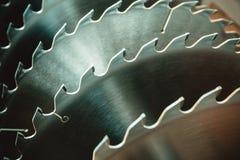Hojas de sierra circulares de plata del metal para el trabajo de madera como fondo industrial de la herramienta fotografía de archivo
