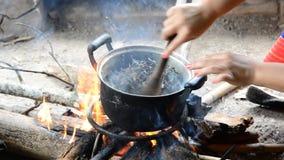 Hojas de té asadas en el fuego Sabiduría popular almacen de metraje de vídeo