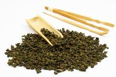 Hojas de té chinas con el fondo blanco Foto de archivo libre de regalías