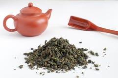 Hojas de té de Oolong con un pote Imagen de archivo libre de regalías