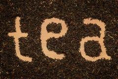 Hojas de té en el fondo de madera Imagenes de archivo