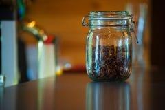 Hojas de té en el tarro de cristal Fotos de archivo
