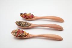 Hojas de té herbarias de la mezcla en el cuenco blanco Fotos de archivo libres de regalías