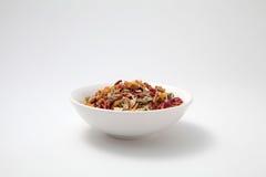 Hojas de té herbarias de la mezcla en el cuenco blanco Fotografía de archivo