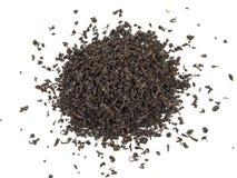 Hojas de té negras secas aisladas en blanco Imagen de archivo libre de regalías