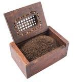 Hojas de té secadas en la caja de madera III Imagen de archivo libre de regalías