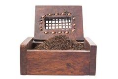 Hojas de té secadas en la caja de madera VI Fotos de archivo
