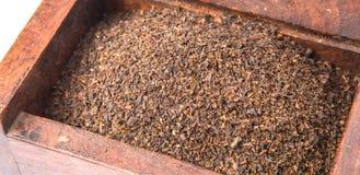 Hojas de té secadas en la caja de madera VII Imagenes de archivo