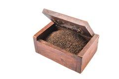 Hojas de té secadas en la caja de madera VIII Fotos de archivo