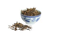 Hojas de té secadas flojas del té negro, aisladas Fotos de archivo libres de regalías