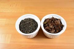 Hojas de té secas y mojadas de Yunnan - ascendente cercano Fotos de archivo libres de regalías