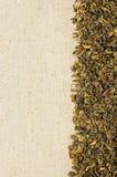 Hojas de té verdes secas en una harpillera Foto de archivo libre de regalías