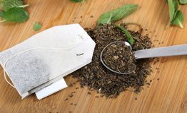 Hojas de té y bolsa Imágenes de archivo libres de regalías