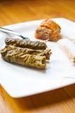 Hojas de uva rellena (Dolma), baklava hecho en casa y algunos dulces imagen de archivo libre de regalías