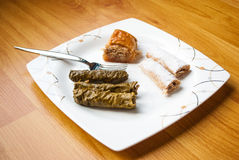 Hojas de uva rellena (Dolma), baklava hecho en casa y algunos dulces fotos de archivo