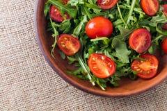 Hojas del Arugula y tomates de cereza imagenes de archivo