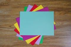Hojas del papel coloreado Foto de archivo libre de regalías