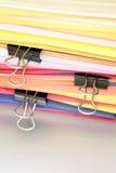 Hojas del papel y de los paperclips Imágenes de archivo libres de regalías