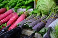 Hojas del rábano y del sésamo, verduras frescas en mercado callejero en China imagenes de archivo