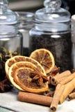 Hojas del té, palillos de cinamomo y naranja seca Foto de archivo libre de regalías