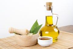 Hojas del verde con la miel y Olive Oil Fotografía de archivo libre de regalías
