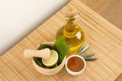 Hojas del verde con la miel y Olive Oil Imágenes de archivo libres de regalías