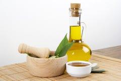 Hojas del verde con la miel y Olive Oil Fotos de archivo libres de regalías