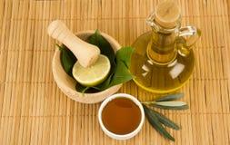 Hojas del verde con la miel y Olive Oil Imagen de archivo