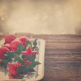 Hojas del verde del acebo y bayas rojas Fotografía de archivo