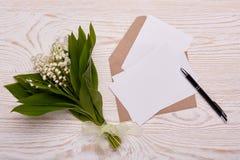 Hojas en blanco con el sobre y las flores Fotografía de archivo