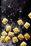 Hojas frescas de las pastas rellenas con el relleno Imagen de archivo libre de regalías