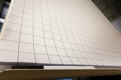 Hojas grandes de Flipchart del papel de la rejilla que se inspiran Blac en blanco vacío fotografía de archivo