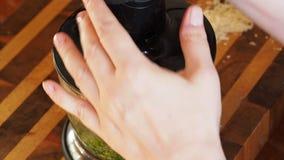 Hojas, nueces y queso verdes frescos de mezcla de la albahaca en licuadora de la cocina almacen de metraje de vídeo