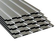 Hojas perfiladas de acero apiladas en pila Venta del surtido de acero representaci?n 3d imagenes de archivo