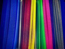 Hojas plásticas acanaladas vibrantes en estante imagenes de archivo
